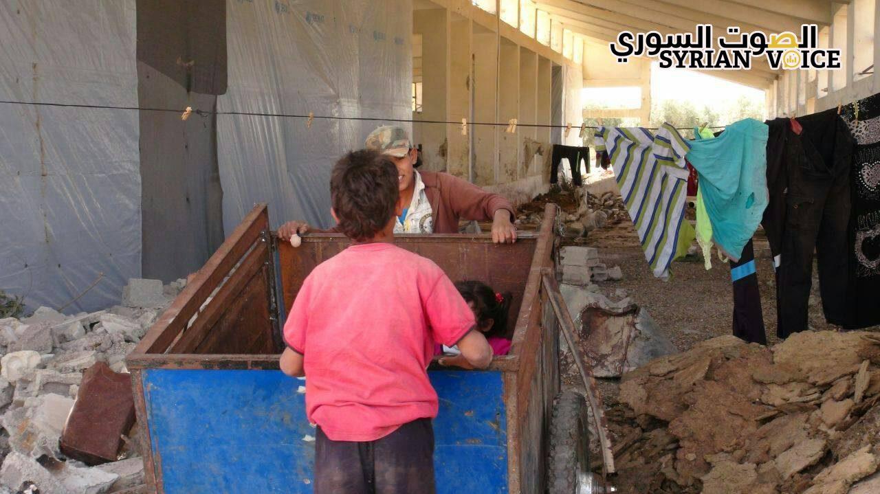 مركز الإيواء الثاني في ريف درعا: من حظائر لتربية المواشي إلى سكن للنازحين!!
